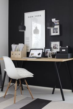 Home Officce. Workspace Idea. Working Space. Black accent wall. Spazio lavoro a casa. Ufficio in casa. Lavorare in ambiente domestico.