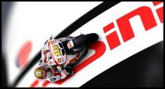 ALZA LA GLORIA  El manchego Álvaro Bautista celebra con su segundo podio en el año, la renovación de un nuevo contrato en 2013 con la casa Honda Gresini Racing.  http://www.revistagraderia.co/alza-la-gloria/