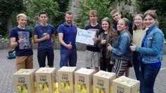 fruit plukken van publieke fruitbomen + persen in mobiele fruitpers = lekkere sapverkoop voor een goed doel! Top daar in St-Jozef!