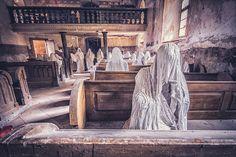 Artista crea espeluznantes 'fantasmas' sentados en los bancos en ruinas de una iglesia abandonada
