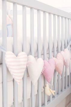 Para a chegada de sua filha, a arquiteta Karen Pisacane criou um lindo projeto com decoração candy colors. O azul, amarelo e rosa foram a cores escolhidas