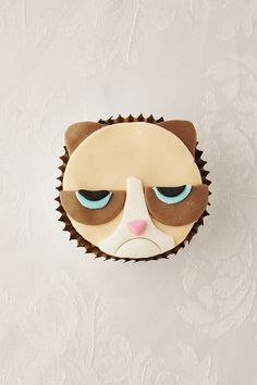 Grumpy Cat Cupcakes Tutorial by lydiabakes Themed Cupcakes, Fun Cupcakes, Cupcake Cookies, Cat Cookies, Old School Desserts, Cupcake Day, Cupcake Tutorial, Little Girl Birthday, Crack Crackers