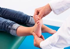 Flat feet is normal in babies and small children. It happens when the tissue that sustains the articulations of the foot (called tendons) are loose. The majority of the people who have this develop normal arches when they become adults. Although, it is possible for some people to never develop it.  This is why taking the minor to a specialist for a check-up is recommended, the doctor will say if it's necessary for them to use special shoes, orthopedic templates or do some therapy exercises.