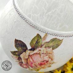 Fehér, repesztett felületű, rózsás gömbváza - 4290 Ft  Elegáns gömbváza rózsákkal és ezüst színű gyöngysorral díszítve, felülete repesztett hatású. A váza méretei: magasság: 19 cm, átmérő: 8 cm