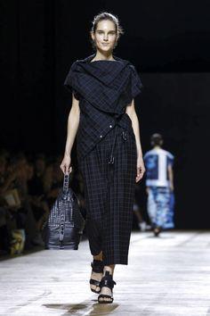 Issey Miyake Ready To Wear Spring Summer 2018 Paris Live Fashion, Fashion 2018, Urban Fashion, Runway Fashion, Fashion Art, Fashion Show, Fashion Outfits, Womens Fashion, Fashion Brands