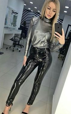 Stunning, elegant, and sophisticated leather and latex outfits and the women who wear them. Pvc Leggings, Leather Leggings Outfit, Vinyl Leggings, Wet Look Leggings, Leggings Are Not Pants, Leggings Fashion, Latex Pants, Latex Dress, Fashion Moda