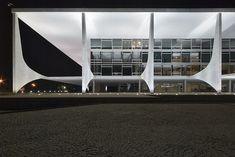 Oscar Neimeyer - Government Palace  Plaza dos Tres Poderes, Brasilia; photo Julian Weyer