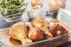 Marinada picante. MARINADA PICANTE Disponer en la picadora una cebolla pequeña pelada y cortada en 2 y 3 dientes de ajo. Triturar. Verter en un bol y añadir 2 cucharadas de salsa teriyaki, el zumo de 1/2 limón verde y 1/2 pimiento picante cortado en rodajas. Salpimentar. Colocar el pollo en una fuente y verter la marinada por encima. Cubrir con un film transparente y dejar reposar un par de horas en el frigorífico. Dar la vuelta al pollo una vez pase la 1ª hora. Una vez marinado, podemos…
