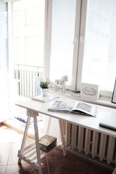 Misschien kan je van de vensterbank een bureau maken. Maak het blad met scharnieren aan de bestaande vensterbank vast zodat je het ook weer weg kunt klappen.