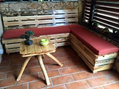So have a look at this DIY pallet coffee table with stained stripes a very feasible layout of the wonder wood pallets. For this pallet coffee table construction Diy Pallet Sofa, Pallet Patio Furniture, Outdoor Furniture Plans, Wooden Pallet Projects, Reclaimed Wood Furniture, Recycled Furniture, Furniture Ideas, Pallet Sectional, Pallet Seating