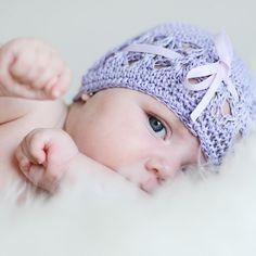 Gorro bebé de ganchillo con lazo Gorro en color malva lila, con lazo d eraso a juego. Ideal para recién nacido, para llevar en el paseo o hacerse un reortaje de fotografía con él. 10,50 €