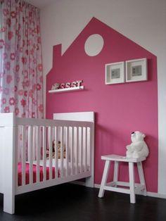 Leuk idee voor een kleurrijk accent, schilder een huisje op de muur.