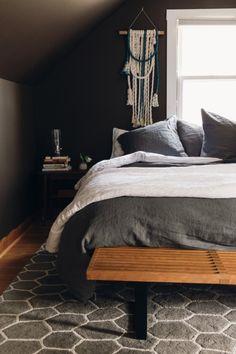 Moody dark brown bedroom - Home Decorating Trends - Homedit Beige Bed Linen, Linen Bedroom, Home Bedroom, Bedroom Decor, Kids Bedroom, Master Bedroom, Dark Brown Bedrooms, Dark Gray Bedroom, Entspannendes Bad