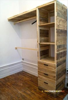 Pallet Furniture Projects Similar a mi primer closet hecho por mi esposo aun estudiante - Why not solve the big storage issues of home for free through pallet projects? This DIY pallet dressing room closet speaks all for DIY creativity and is all