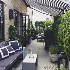 "Love this ""Sunday vibe"" via in Gramercy Park. Outdoor Areas, Outdoor Seating, Outdoor Rooms, Outdoor Living, Outdoor Decor, Townhouse Garden, Mesa Exterior, Home Porch, Outside Living"
