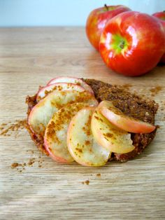Instant Apple Cake I will try with stevia instead of maple syrup. Maybe use stevia and some maple flavoring? Healthy Afternoon Snacks, Healthy Vegan Snacks, Vegan Sweets, Vegan Desserts, Raw Food Recipes, Healthy Sweets, Fall Recipes, Vegan Food, Dessert Recipes