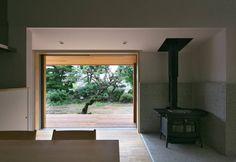 スキップフロアで繋がる家: かんばら設計室が手掛けたtranslation missing: jp.style.ダイニング.eclecticダイニングです。