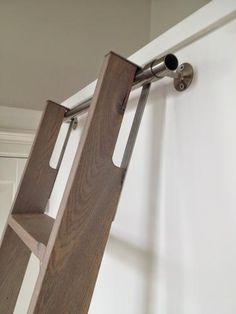 Slim systeem om een vaste trap rechtop tegen de muur te kunnen zetten, schuin te kunnen  zetten voor beklimmen èn zijdelings te kunnen verplaatsen