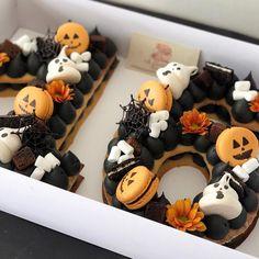 from { { FeedTitle} }{ { EntryUrl} } Halloween Desserts, Halloween Cupcakes, Bolo Halloween, Pasteles Halloween, Halloween Letters, Theme Halloween, Kawaii Halloween, Halloween Fashion, Halloween Treats