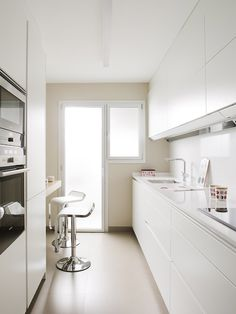 47 veces he visto estas serenas cocinas modernas. White Galley Kitchens, Galley Kitchen Design, Home Kitchens, Small Kitchens, Kitchen Furniture, Kitchen Interior, Kitchen Decor, Minimal Kitchen, Narrow Kitchen