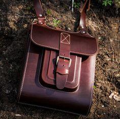 La bolsa de mensajero para hombre de cuero marrón hecho a mano de la Cruz por InBagWeTrust