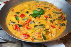 Cukinia i papryka w aromatycznym sosie z mleczka kokosowego Thai Red Curry, Meals, Ethnic Recipes, Food, Diet, Meal, Essen, Yemek, Yemek