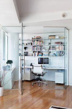 Precisa de um escritório, mas não tem espaço? Que tal usar um cantinho da sua sala? Veja que ideia legal!