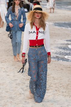 The complete Chanel Spring 2019 Ready-to-Wear fashion show now on Vogue Runway. Fashion 2018, Fashion Week, Latest Fashion Trends, Runway Fashion, Fashion Looks, Womens Fashion, Paris Fashion, Trendy Fashion, Fashion Online