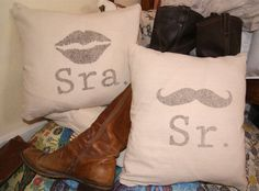 """Sr. y Sra."" Juego de Fundas Para Cojines ""Mr. and Mrs."" Pillow Cover Set"