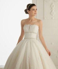 Vestido de Novia Princesa con Apliques de Flores en Torso y Falda con Encaje
