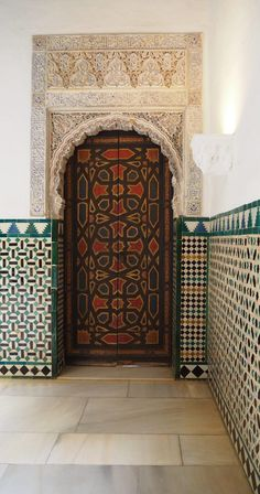 Spain Travel Inspiration - Thinking of visiting Seville on your next vacation to Europe then a visit to the Alcazar of Seville is a must. Click the link to read my Seville travel tips and also see more photos inside this beautiful palace in Seville. Alcazar Seville, Spanish Architecture, Islamic Architecture, Europe On A Budget, Seville Spain, Cordoba Spain, Tourist Sites, International Travel Tips, European Home Decor