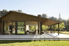 Midcentury single family house located in Oak Woodland, California, designed in 2018 by Walker Warner Architects. Casas California, California Homes, Northern California, Dynamic Architecture, Wooden Architecture, Architecture Design, Colorado Mountain Homes, Technical Architect, Daybed Design