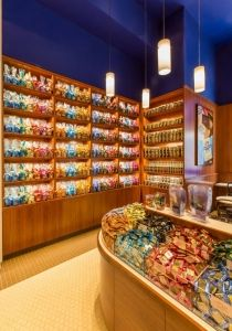 Ghirardelli Ice Cream and Chocolate Shop serves up a cool design in Las Vegas (more: http://vmsd.com/content/we-all-scream) Photography: James Hall Photography, Oakland, Calif.