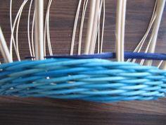 Обалденный Узор!!!! Плетение из газет: csirith Weaving Patterns, Basket Weaving, Clothes Hanger, Projects To Try, Hampers, Hanger, Closet Hangers, Clothing Racks