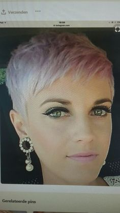 Funky Short Haircuts, Stacked Haircuts, Haircuts For Fine Hair, Funky Hairstyles, Short Hair With Layers, Short Hair Cuts For Women, Short Hair Styles, Judy Dench Hair, Sharon Stone Hairstyles