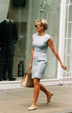 LONDON, ENGLAND: Diana, Princess of Wales shopping on Bond Street, London in 1997. (Photo by Anwar Hussein/WireImage) | Teva.fr