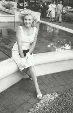 Norma Jeane Mortensen Baker June August professionally recognized as Marilyn Monroe, was an American actress, model, and singer. Marylin Monroe, Fotos Marilyn Monroe, Hollywood Glamour, Hollywood Stars, Classic Hollywood, Old Hollywood, Divas, Sophia Loren, Exposition Photo
