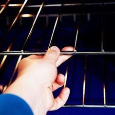 Απίστευτο tip για να λάμψετε τη σχάρα του φούρνου σας Wood Signs Sayings, Sign Quotes, Ford Courier, Diy Kitchen Storage, Cooking Gadgets, Useful Life Hacks, Home Hacks, Holidays And Events, Clean House