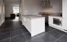 In ons 'eigen' dorp Meerkerk, tussen Gorinchem en Utrecht, hebben we antraciet vloertegels geleverd en geplaatst. Het is een keramische tegel geworden met de look van een echte natuursteen vloer, een leisteen vloer. De voordelen van een keramische vloertegel en de look van een echte natuursteen tegel gaan prima samen.