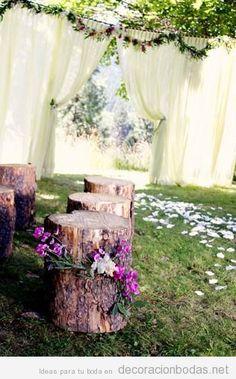 Troncos de madera como asientos para boda en el jardín