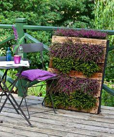 Gartendeko aus Holz und schönen Blumen
