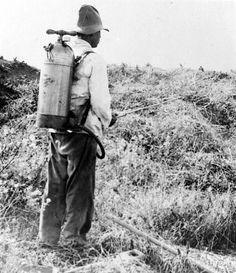 In verband met malariabestrijding spuit een 'blubberaar' een mengsel van modderwater en solarolie op de moerassen om de larven van de anopheles te doen stikken, Tandjoengpriok, West-Java before 1949