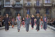 Here is the latest Spring-Summer 2016 CHANEL Ready-to-wear Show held a few days back. See the highlights of this show displaying Chanel summer dresses. Coco Chanel, Chanel News, Chanel 2015, Chanel Fashion, Couture Fashion, New Fashion, Paris Fashion, Street Fashion, Fashion Trends
