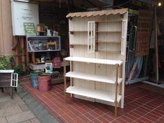 イベント什器 持ち運びができるイベント棚。組み立て式なので便利ですよ♪ シャビーな白を基調にしているので、作品が生えますよ♪屋根付きでカフェっぽく演出♪また、棚や足・屋根をブラウンにする事でちょっとアクセントになっていいですね(*^_^*) 手作り感満載... Craft Fair Displays, Show Booth, Ladder Bookcase, New Shop, Craft Fairs, Diy And Crafts, Shelves, Handmade, Yahoo