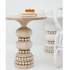 Aarikka KEISARINNA Beistell-Tisch aus Holz, 46 cm hoch, natur  Der KEISARINNA Beistell-Tisch ist für Holz-Liebhaber ein Muß und passt in fast jeden Einrichtungsstil. Durch die gekonnte Verbindung von klarer Form und verspielten Holzperlen ist dieses Objekt etwas Besonderes und fügt sich doch als Beistelltisch für Ihren Wohnbereich, als Bücherablage in der Leseecke oder als freistehendes Möbelstück im Eingangsbereich Ihres Zuhauses ein.
