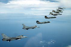 Billede fra http://upload.wikimedia.org/wikipedia/commons/4/49/NATO_fighters_1995_F-16_F-104_F-4_MiG-29.jpeg.