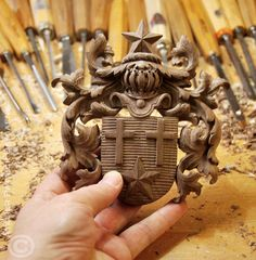 Miniature coat of arms carved in wood | the Neujean coat of arms | Carving a family crest in walnut | http://www.patrickdamiaens.be