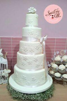 White Wedding Cake www.sweetandthecity.com