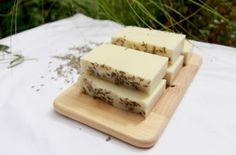 savons posés sur une planche de bois Feta, Soap, Cheese, Dishes, Diy, Make Soap, Home Made, Recipe, Soaps