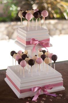 Tarta romántica con lazos y cake-pops también en color rosa